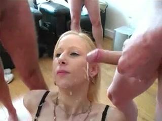 Jeune blonde pipe plusieurs mecs