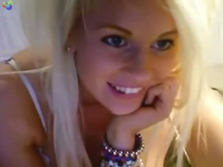 Teen se titille le clito en webcam