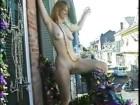 Nue sur son balcon elle provoque un attroupement