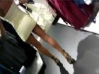 Pétasse en robe courte fait son shopping sans culotte