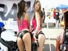 Deux hôtesses d'un salon Tuning roulent leurs petits culs...