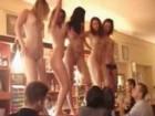 5 bombasses sont en train de danser sur le comptoir du bar !