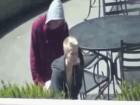 Des jeunes un peu bourrés baisent en public