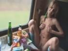 Poupée blonde à la chatte velue baisée dans un train