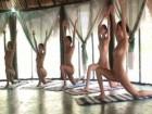 Six adorables jeunes femmes brunes en cours de yoga naturiste