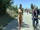 Salope exhibitionniste se balade nue dans Barcelone