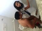 Une latina se fait prendre contre le mur des toilettes