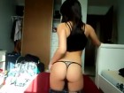 Jeune pétasse en transe face à sa webcam !