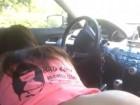 Une fille cul nu suce son mec en voiture