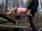 Il baise cette salope sur une table de picnic !