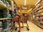 Un concombre dans la chatte au supermarché !