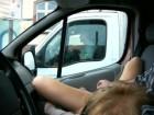 Caressée en ville devant les conducteurs à l'arrêt