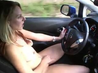 Fille se masturbe tout en conduisant
