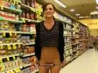 Une brunette super sexy s'exhibe au supermarché