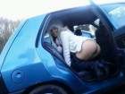 Une française exhibe ses fesses sur un parking