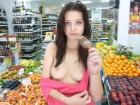 Coquine montre ses seins dans un magasin