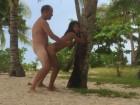 Un célibataire nique une thailandaise en vacances sur le sable