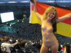 Une allemande se fout à poil dans un stade rempli