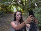 Un couple se fait une éjac faciale dans un parc
