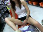 Elle s'exhibe dans un magasin de chaussures