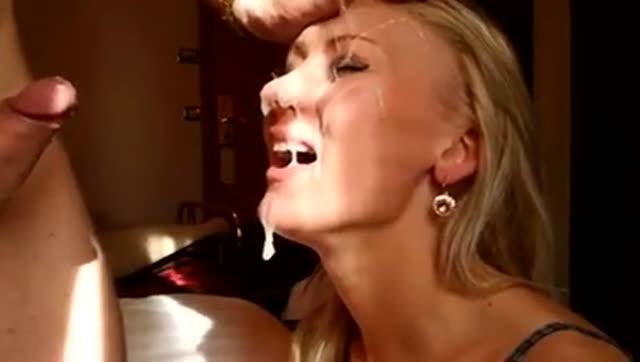 Ejaculation buccale pour de bonnes salopes blondes