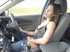Une australienne se masturbe en conduisant